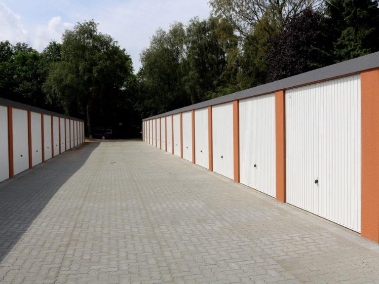 Fertiger Garagenhof aus hochwertigen und langlebigen Stahlkonstruktionen  mit Stromanschluss und Beleuchtung.
